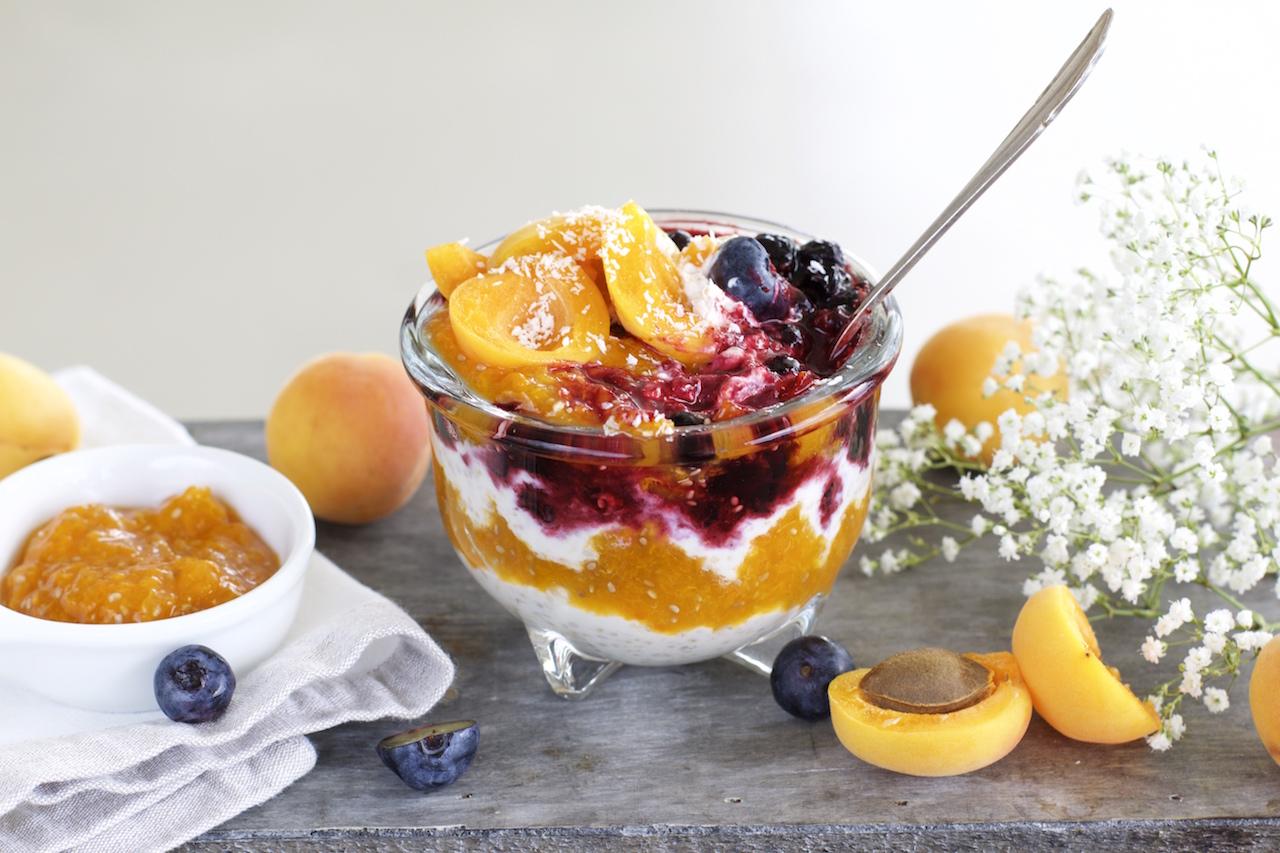 Overnight Oats mit Aprikosenmarmelade und Blaubeeren (vegan & glutenfrei)