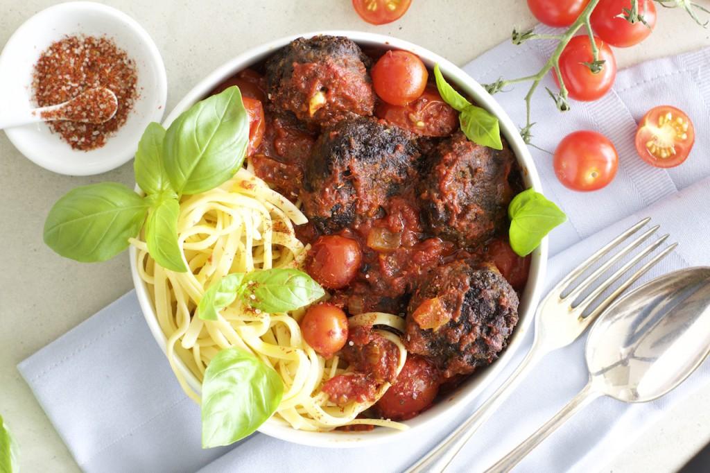 linsenb llchen in selbst gemachter tomatensauce mit pasta grundrezept tomatensauce naturallygood. Black Bedroom Furniture Sets. Home Design Ideas