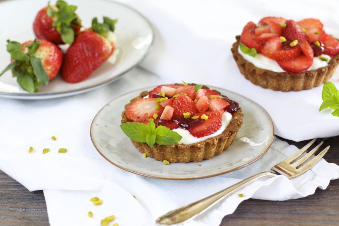 fruchtig gesund superfood erdbeeren rezept erdbeer joghurt tarteletts naturallygood. Black Bedroom Furniture Sets. Home Design Ideas