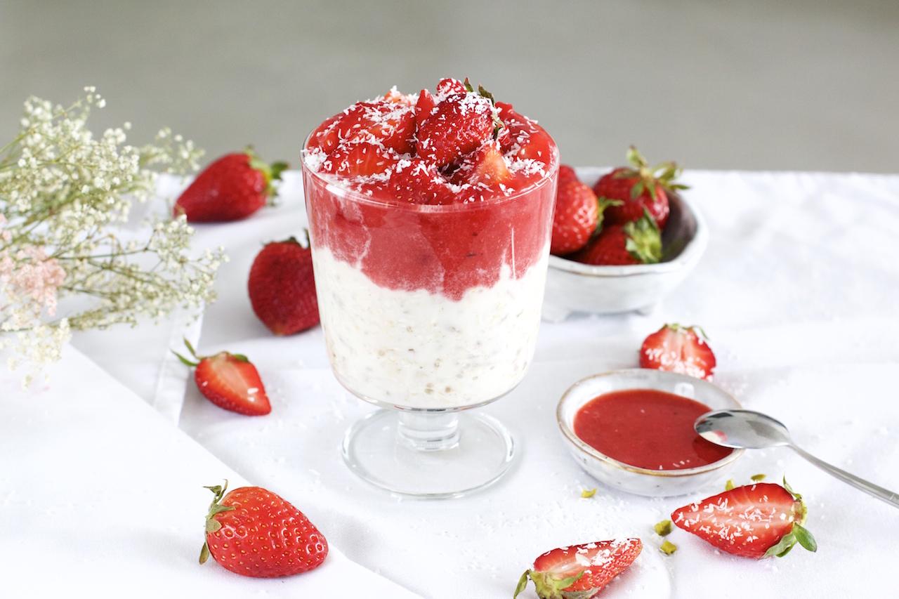 Kokos Overnight Oats mit Erdbeeren-Sauce | Gesundes Power-Frühstück