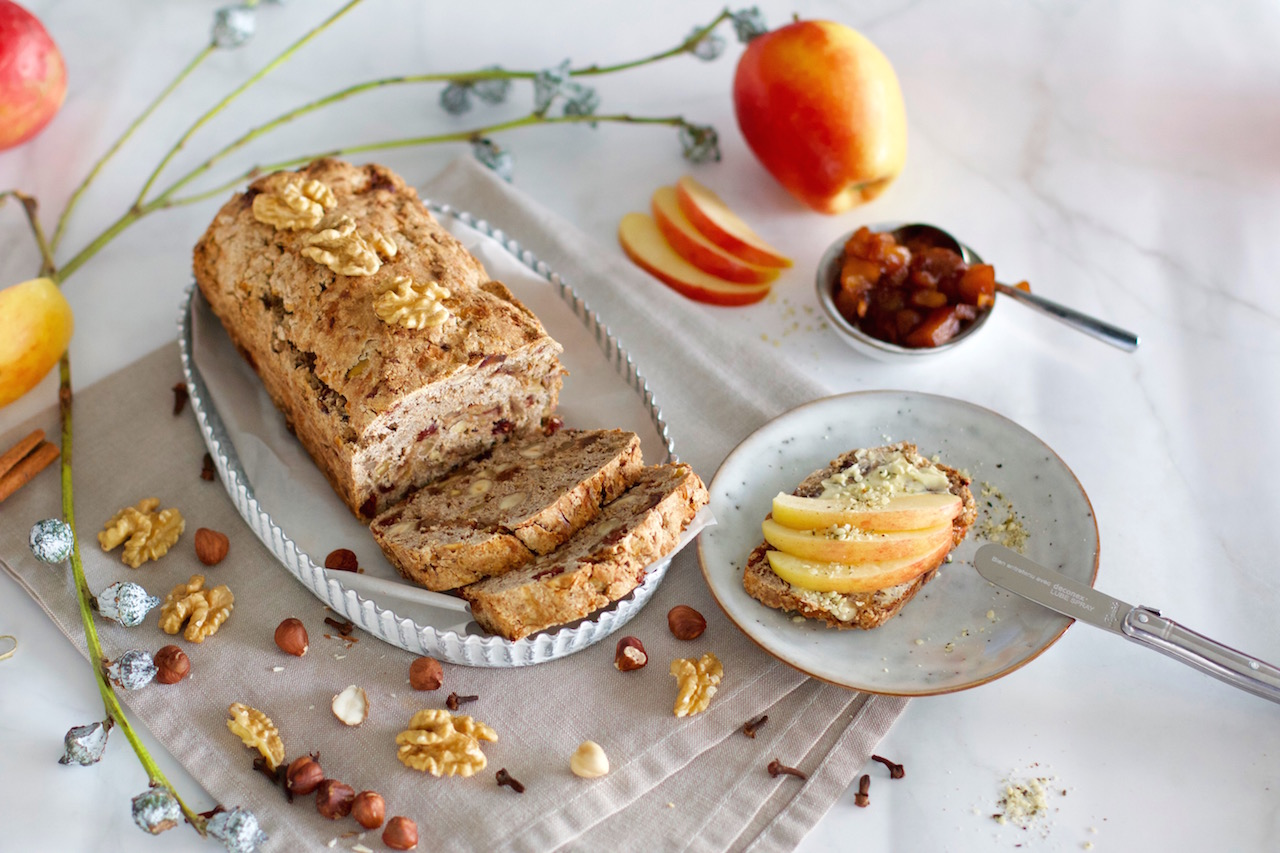 Healthy apple bread with apple chutney for JAZZ™ apples*