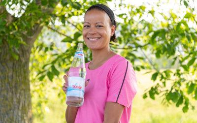 Gesund trinken im Sommer: Was, warum und wie viel? Natürliches Mineralwasser von Plose*