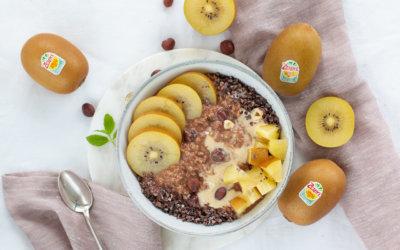 Iss eine Kiwi – So kommst du gut durch die kalte Jahreszeit. Rezept: Haselnuss-Porridge mit Zespri Kiwi.